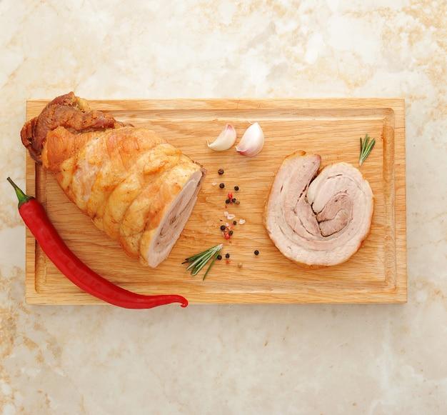 Bolo de carne em uma placa de madeira