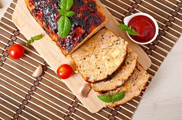 Bolo de carne moído caseiro com ketchup e manjericão