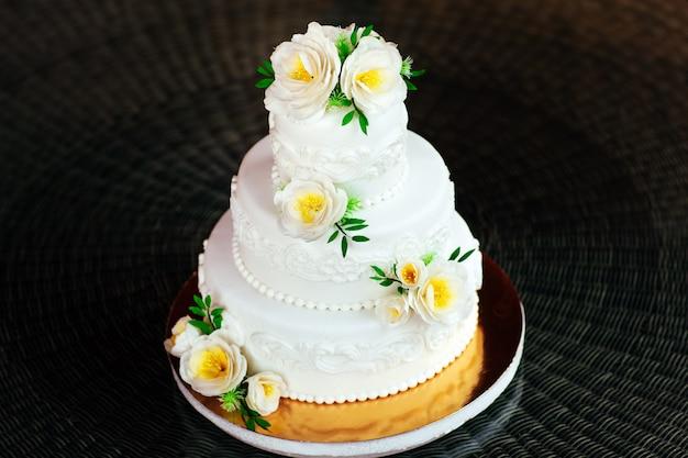 Bolo de casamento artesanal.