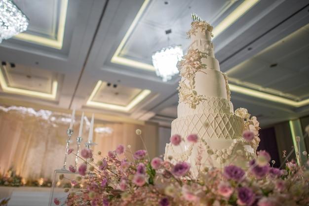 Bolo de casamento branco com flor