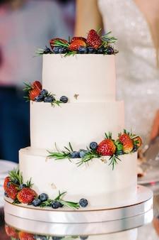 Bolo de casamento branco com frutas