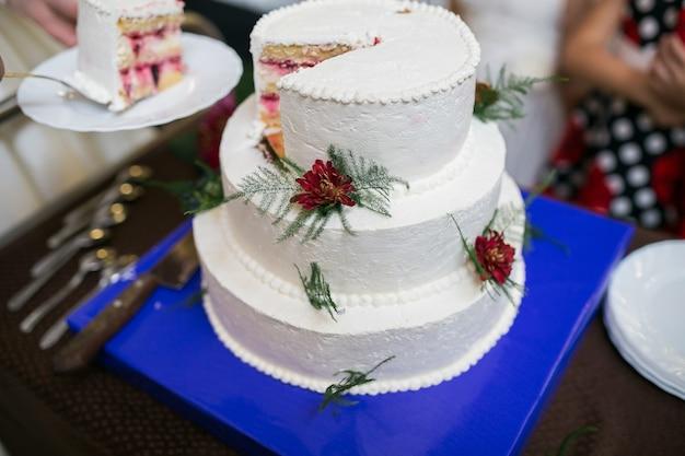 Bolo de casamento branco de vários níveis com enfeites de flores