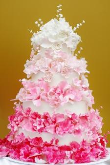 Bolo de casamento branco e rosa delicioso