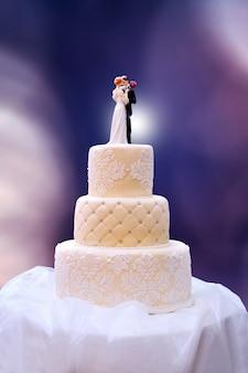 Bolo de casamento branco na mesa