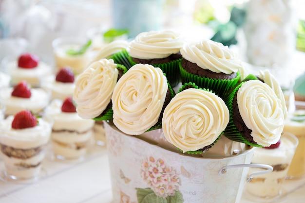 Bolo de casamento buquê feito de cupcakes