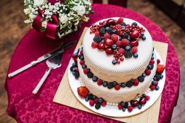 Bolo de casamento clássico com framboesas, morangos, amoras e mirtilos.
