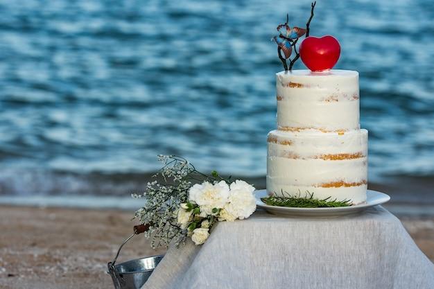 Bolo de casamento colorido na praia