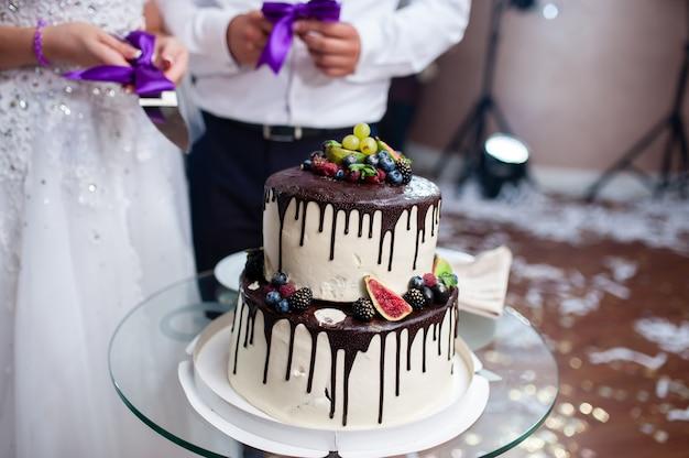 Bolo de casamento com chocolate e frutas vermelhas