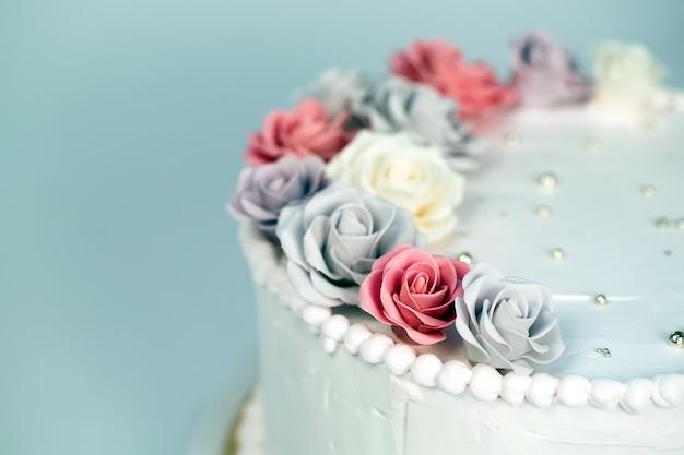 Bolo de casamento com rosas.