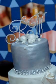 Bolo de casamento comendo doce detalhe de mesa assada caro