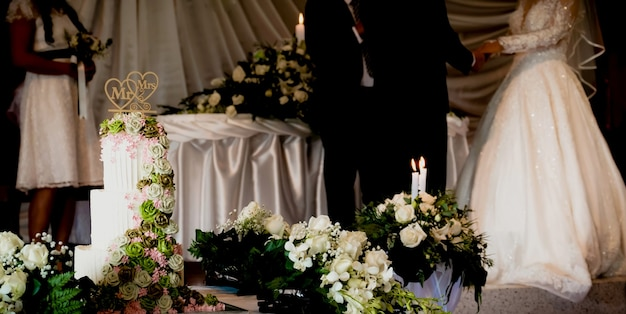 Bolo de casamento de fundo de casamento para o casal de noivos cortado em um evento de festa de casamento em um restaurante ou igreja