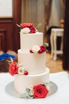Bolo de casamento de três camadas com frutas frescas