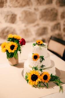 Bolo de casamento decorado com flores de girassol