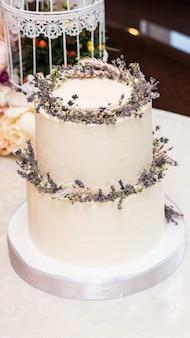 Bolo de casamento elegante decorado com flores e suculentas.