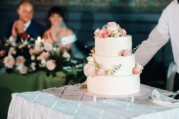 Bolo de casamento elegante no casamento em três camadas.