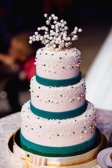 Bolo de casamento lindo decorado com lírios do vale e miçangas