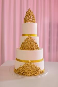Bolo de casamento, na mesa branca