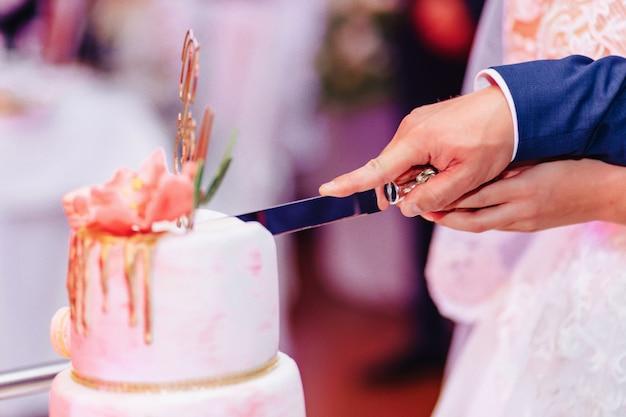 Bolo de casamento para celebrar o casamento e segurando um banquete