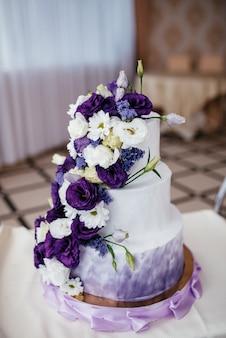 Bolo de casamento redondo de várias camadas com esponja