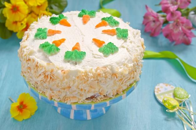 Bolo de cenoura delicioso com decoração para o feriado de páscoa