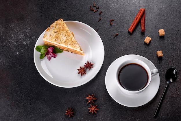 Bolo de cenoura delicioso fresco com creme em um fundo escuro. bolo de cenoura com cobertura de chantilly
