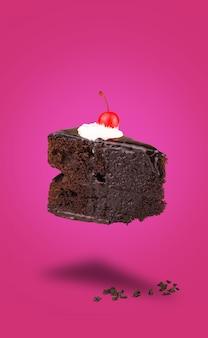 Bolo de cereja chocolate isolado voando no fundo rosa
