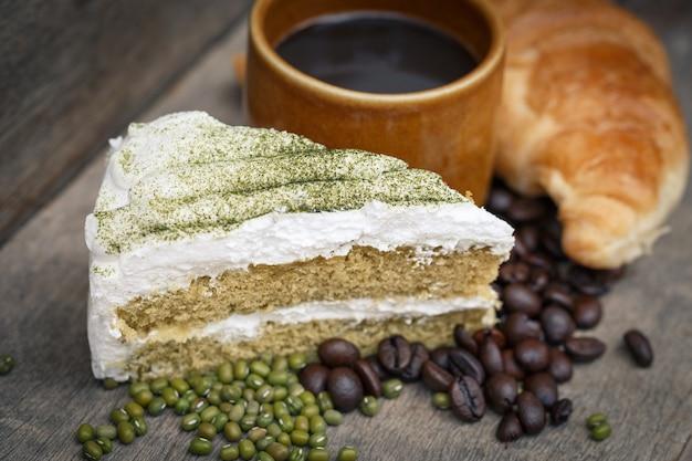 Bolo de chá verde e café em um fundo de madeira