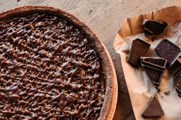 Bolo de chocolate café, bolo de nozes com caramelo. pausa para o café.