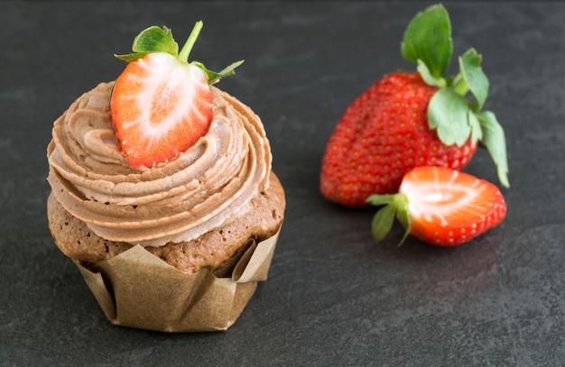 Bolo de chocolate caseiro com creme e morango.