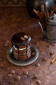 Bolo de chocolate caseiro com gotas de chocolate e grãos de café