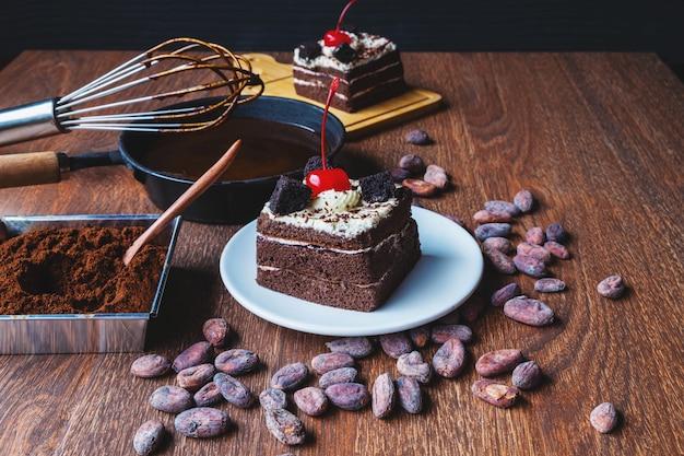 Bolo de chocolate caseiro em uma mesa de madeira