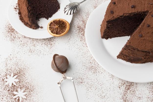 Bolo de chocolate com ângulo alto