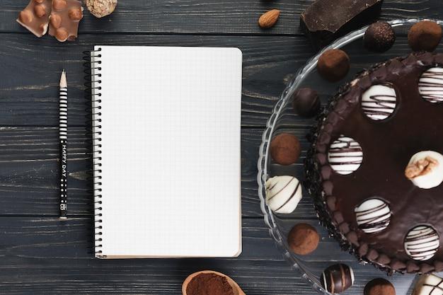 Bolo de chocolate com caderno