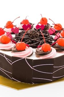 Bolo de chocolate com cereja no topo