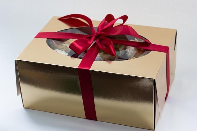 Bolo de chocolate com framboesa com chantilly em caixa de presente