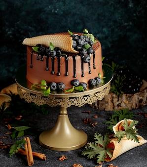 Bolo de chocolate com frutas e waffles crocantes