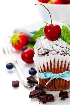 Bolo de chocolate com frutas frescas