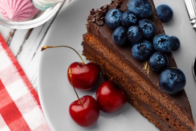 Bolo de chocolate com frutas vermelhas no prato de cerâmica branca