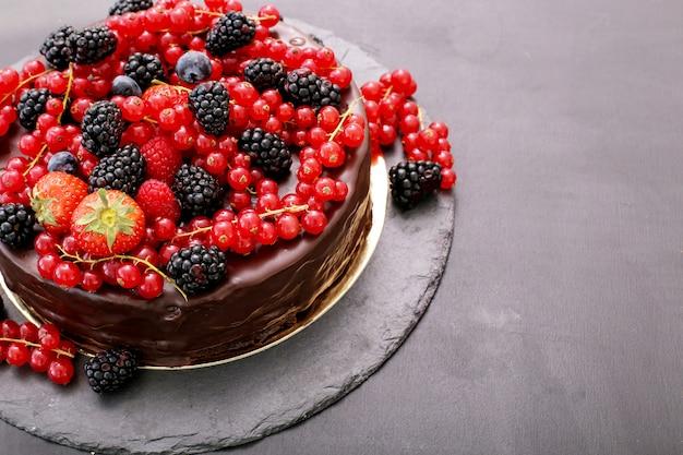 Bolo de chocolate com groselha vermelha e preta