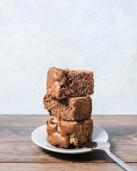 Bolo de chocolate com vista frontal em um prato
