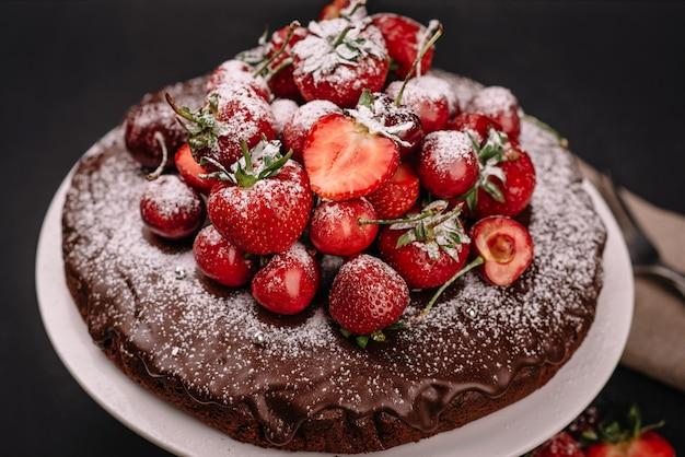 Bolo de chocolate da toscana com morangos e cerejas
