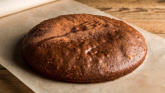 Bolo de chocolate de alto ângulo com cacau em pó