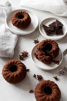 Bolo de chocolate de ângulo alto com anis estrelado e pedaços de chocolate