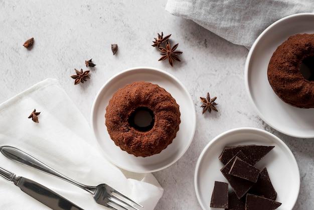 Bolo de chocolate de ângulo alto com pedaços de chocolate e anis estrelado