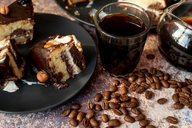 Bolo de chocolate de close-up com café