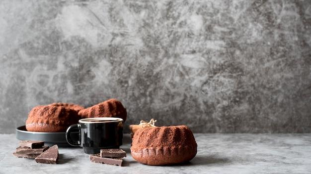 Bolo de chocolate de frente com café e pedaços de chocolate