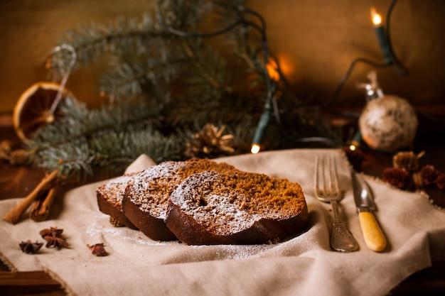 Bolo de chocolate de natal com enfeites de natal