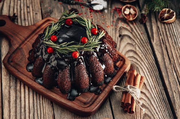 Bolo de chocolate de natal na placa de madeira