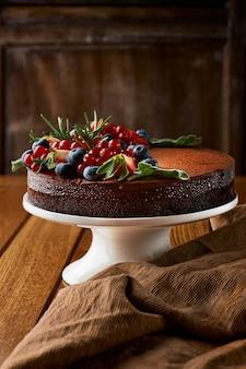 Bolo de chocolate de panquecas de chocolate com cobertura, com mirtilos. foco seletivo
