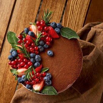 Bolo de chocolate de panquecas de chocolate com cobertura, com mirtilos. vista do topo